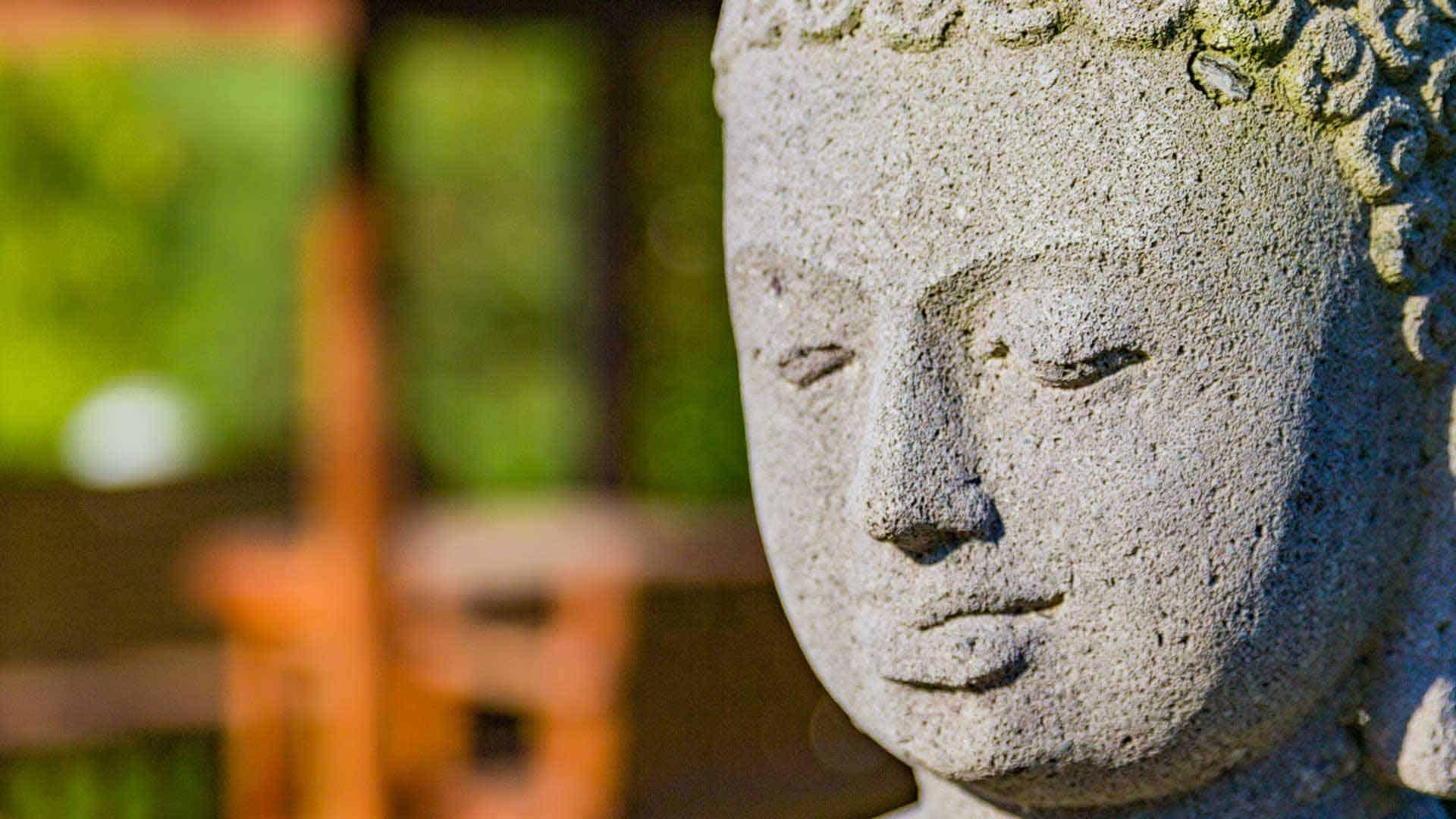 Gesicht des Buddha in der Parkanlage.