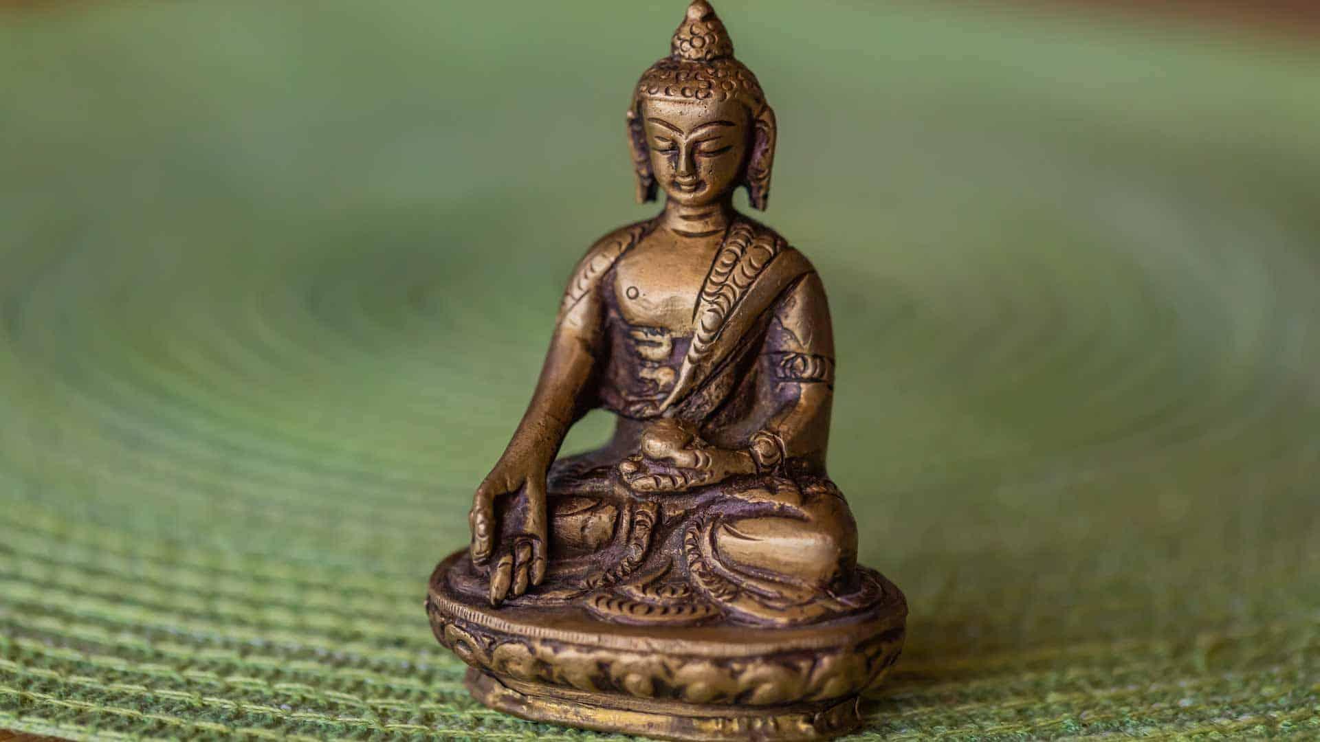 kleiner Buddha mit grünem Hintergrund im LANAI SPA