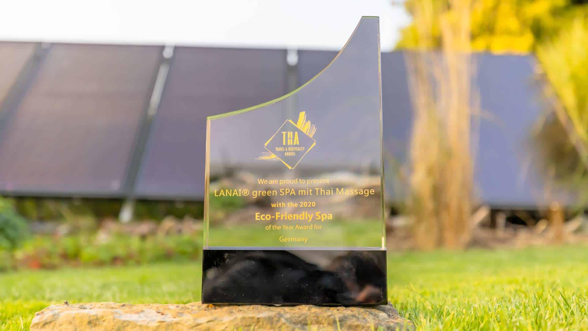 """Glas Award von Travel & Hospitality Awards Kategorie """"green SPA"""" im Garten auf Gras"""