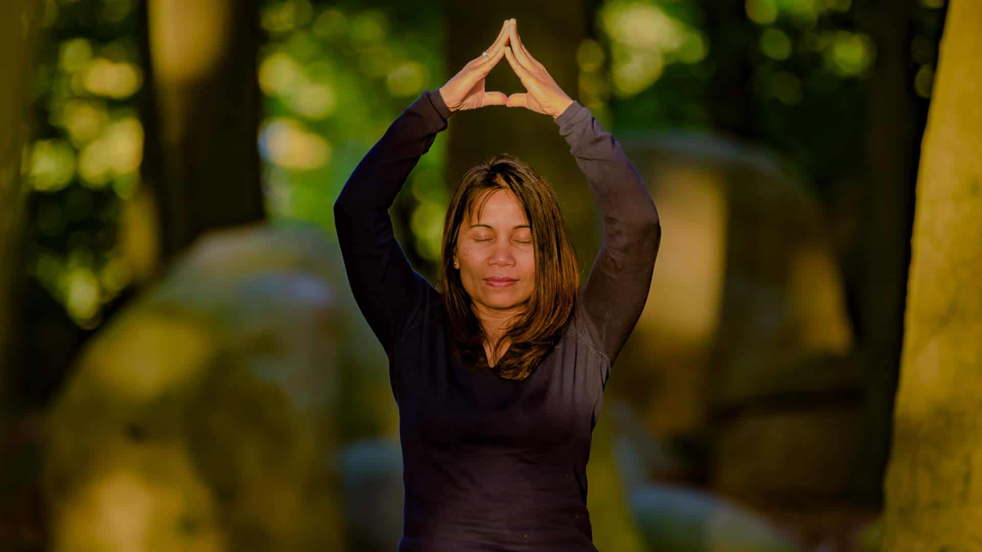 Kittima Ebeling mit innerer Ruhe auf einem Findling. Kittima ist dien Gründerin des LANAI SPA