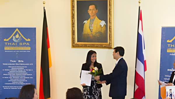 Kittima Ebeling nimmt in der thailändischen Botschaft die Auszeichnung des Qualität Award entgegen.