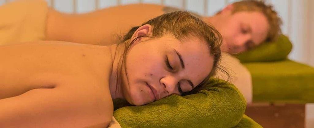 Zwei Personen liegen auf der Massageliege und warten auf die Massage