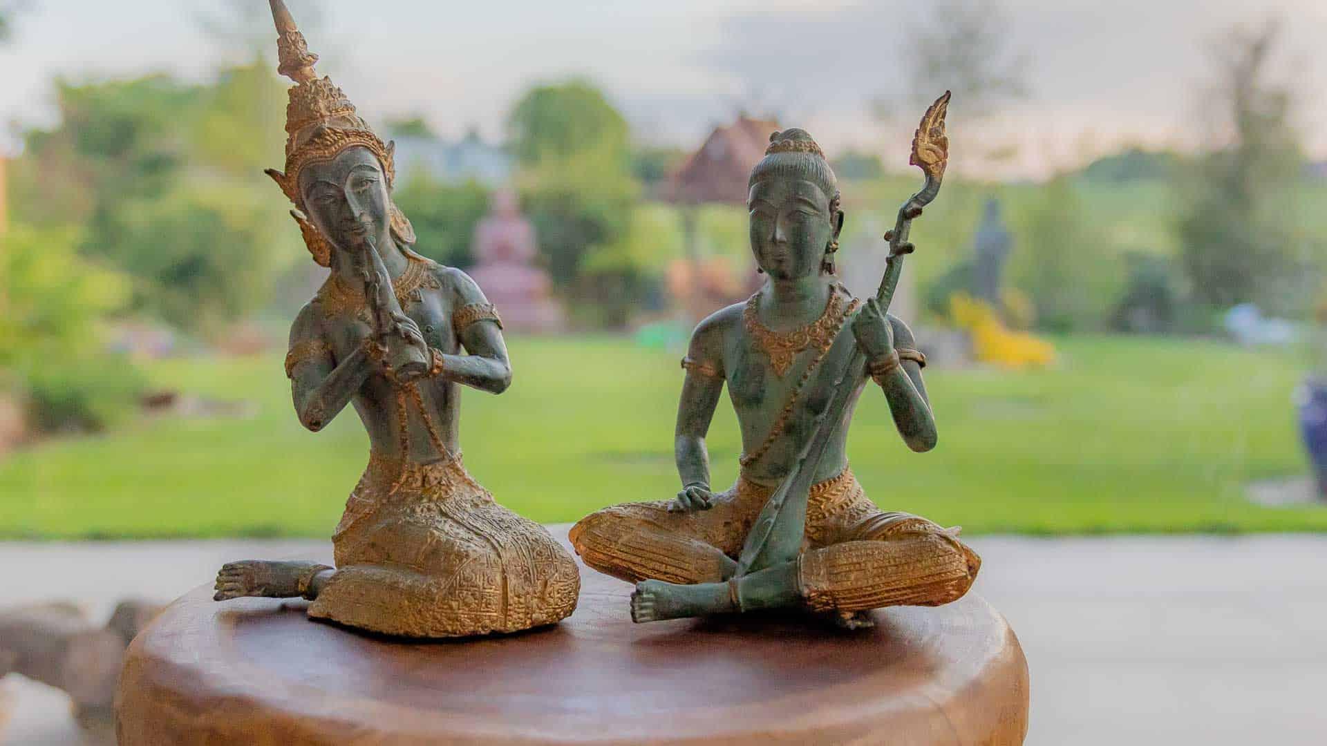 Datenschutzerklärung Bild zwei Buddha auf Holz-Hocker. Hintergrund der der nature Spa. Datenschutzverordnung