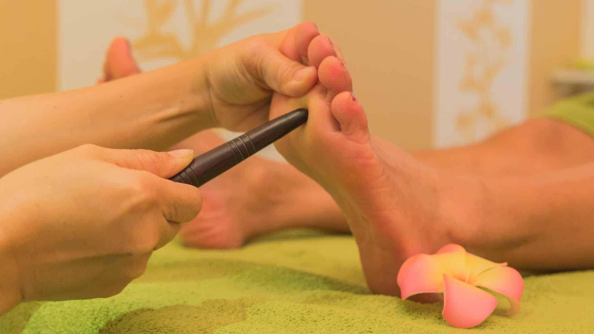 Während der Fußmassage wird der Fuß mit dem Massage-Stick an der Sohle massiert.