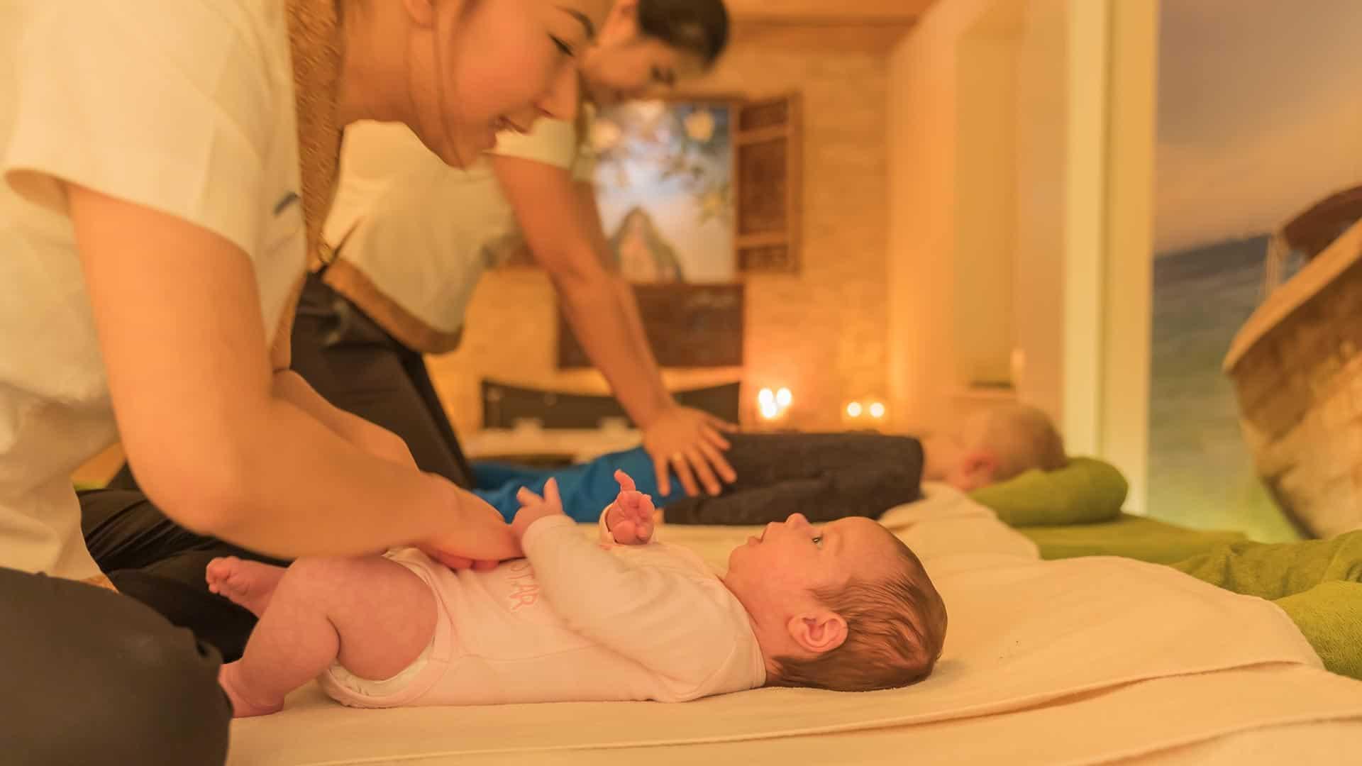 zwei Kinder werden parallel im Massageraum auf den Massageliegen massiert.