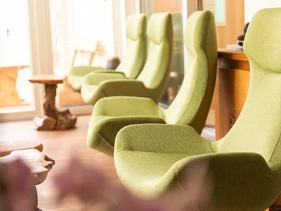 Grüne bequeme Longe Sessel im LANAI Spa