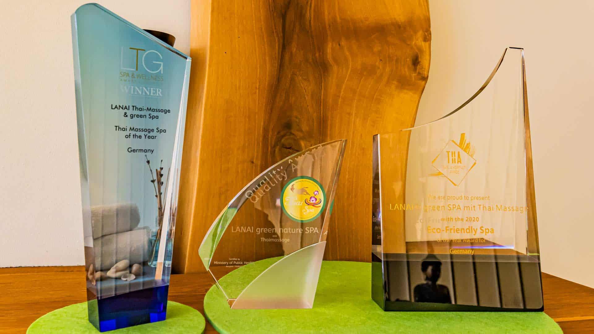 5 Sterne Qualität -Auszeichnungen AWARD stehen auf grünen Unterlagen auf dem Schrank