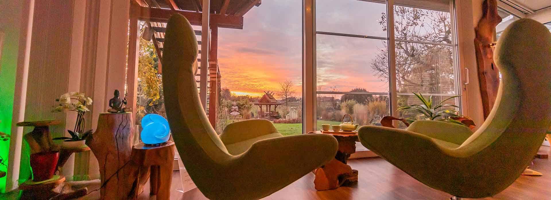 Aus der Ruhezone mit Relax-Sesseln Ausblick in die Natur