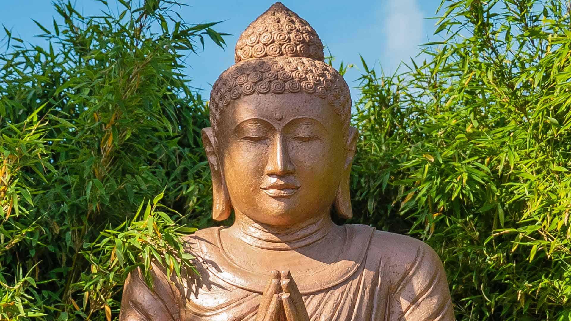 Buddha mit grünem Bambus im Lanai green nature Spa Park