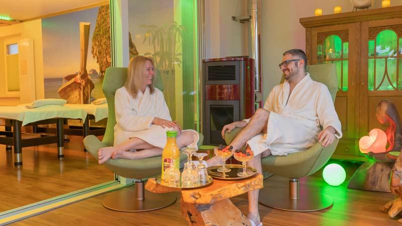 Die Erholungszeit nach den Massagen in der Ruhe Lounge mit bequemen Lounge Sesseln